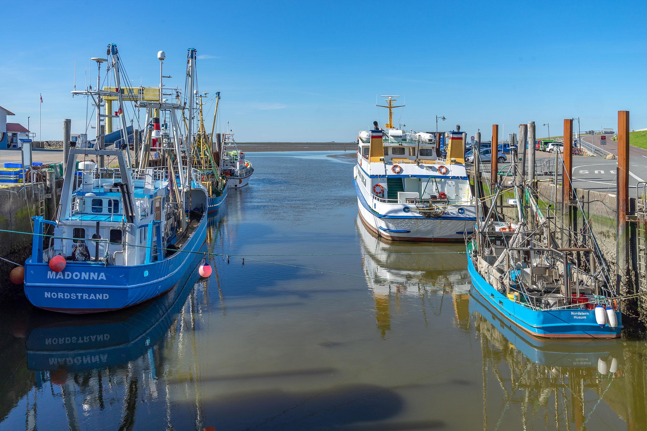 Boote im Hafen Strucklahnungshörn auf Nordstrand