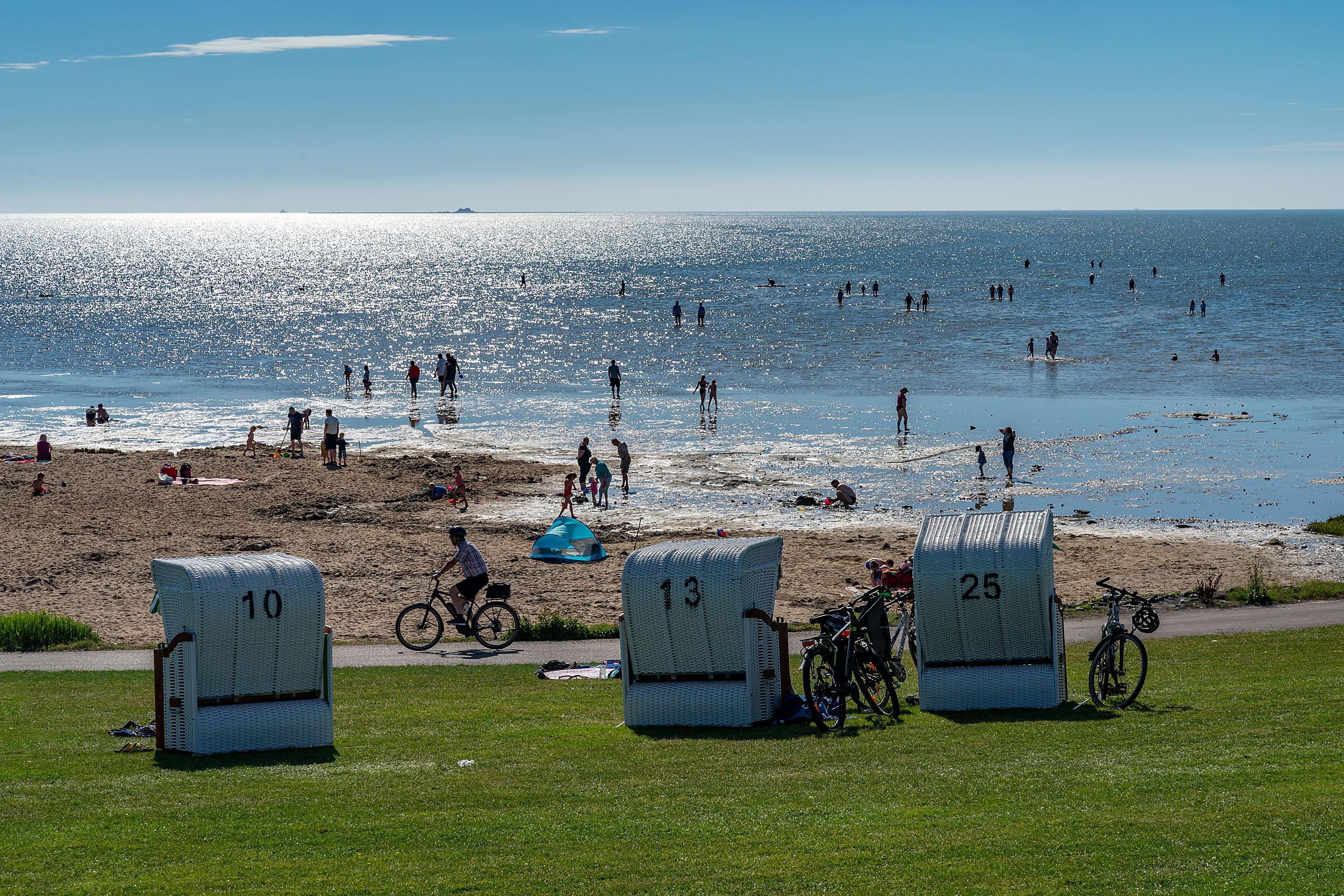 Fuhlehörn Strand mit Strandkörben und Badegästen bei Flut
